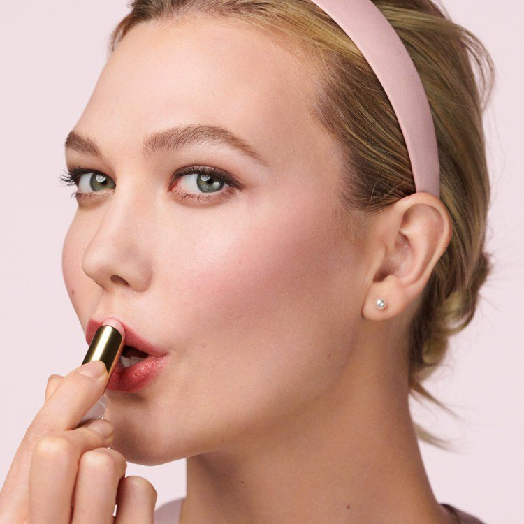 粉嫩慾望潤色護唇膏,有特殊溫控設計,校正唇色。圖/雅詩蘭黛提供