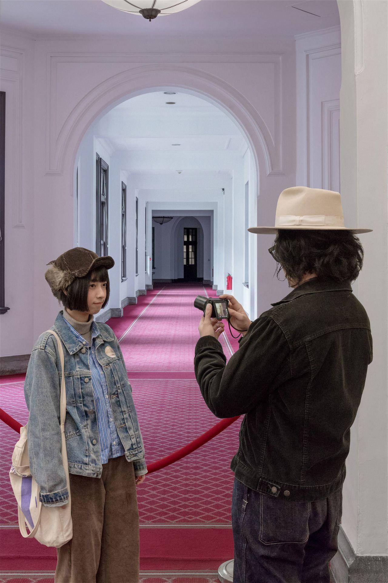 總統府「100/100總統府不一樣攝影創作比賽」,獲得「專業組」第一名的作品「持...