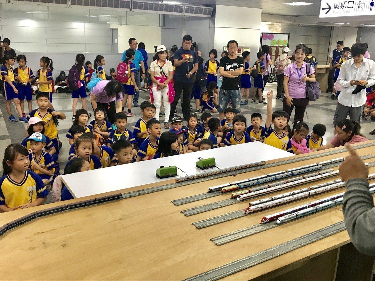 屏東火車站為慶祝兒童節,將火車模型、就是車票、台鐵文物等進行展示,讓小朋友穿梭時...