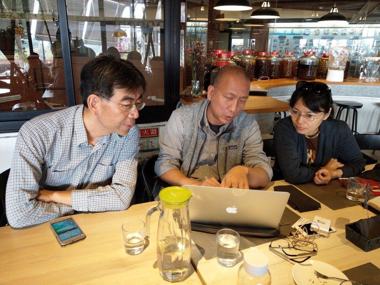 Social Network創辦人張幼霖(中)與靜宜大學資管系副教授楊子青(左)...