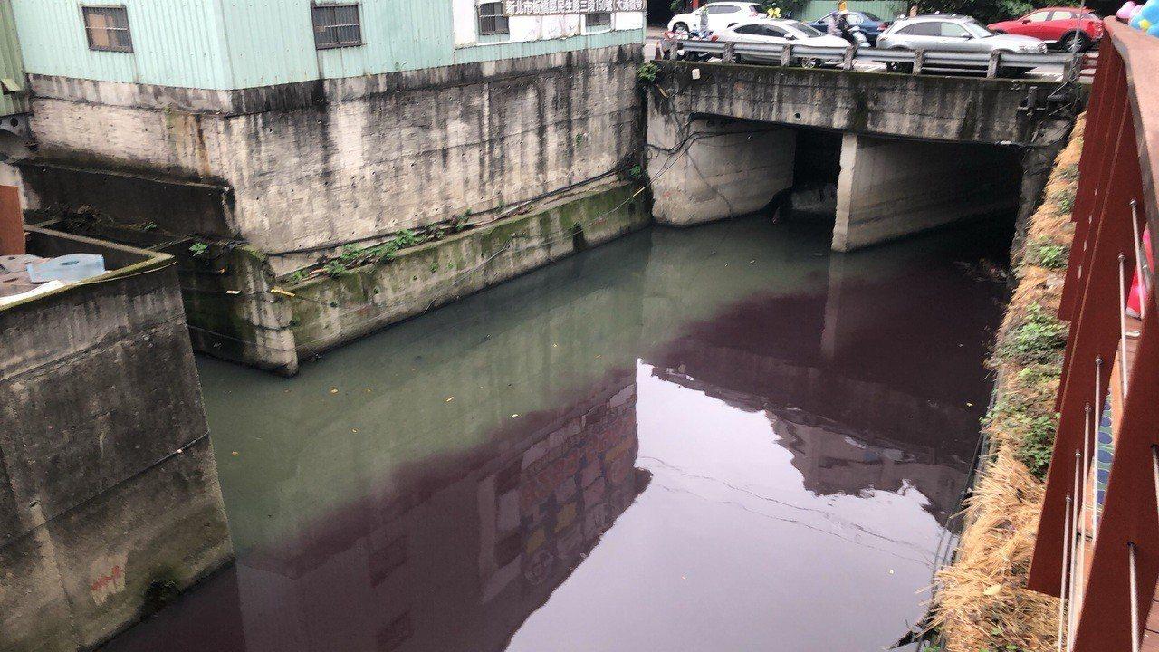 中原溝上游疑似排放汙染物質,瞬間變紫水。圖/張維倩辦公室提供