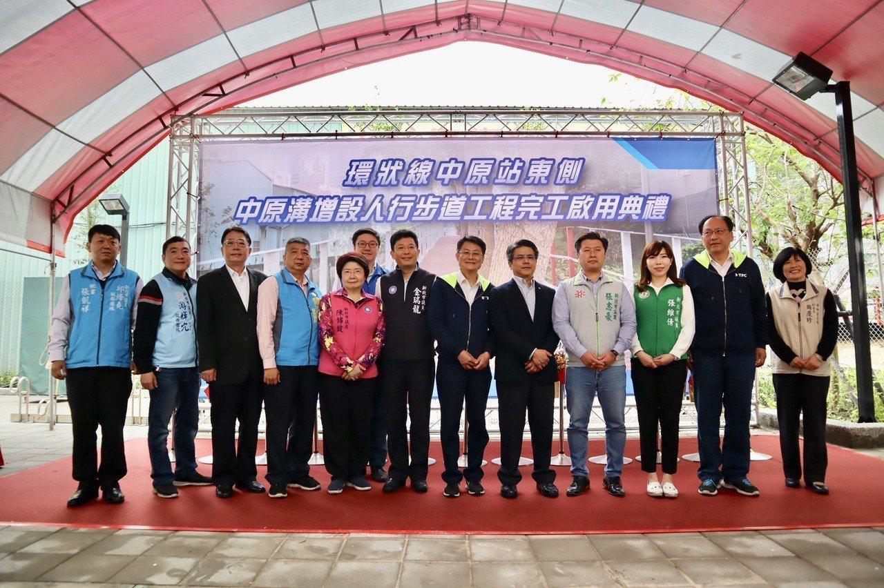 新北副市長陳純敬今出席人行道完工啟用典禮。圖/新北捷運局提供