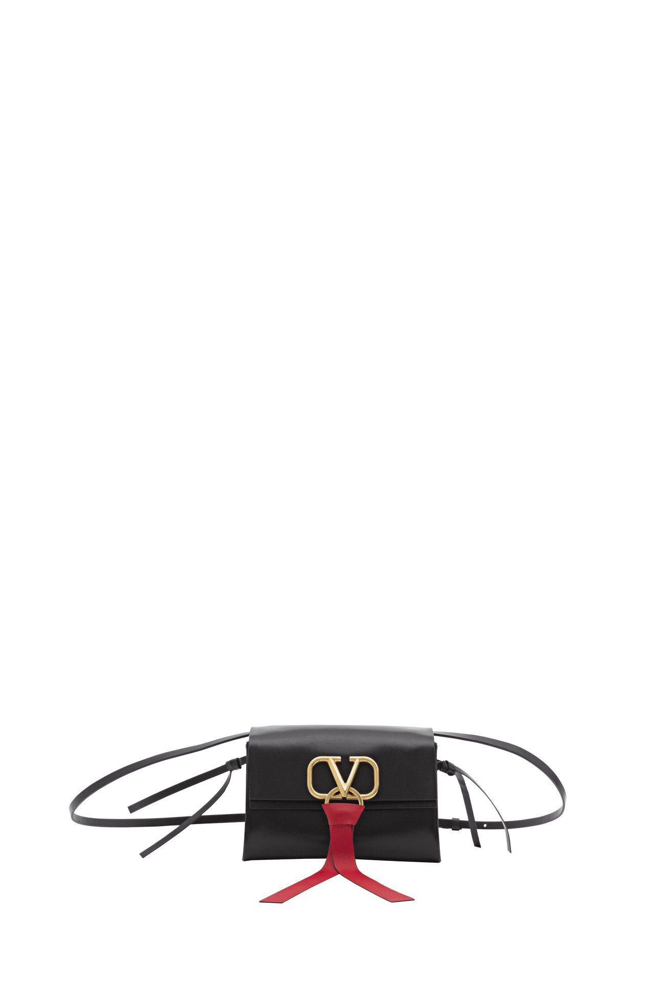 Valentino Garavani VRING黑色斜肩背包,66,500元 (...
