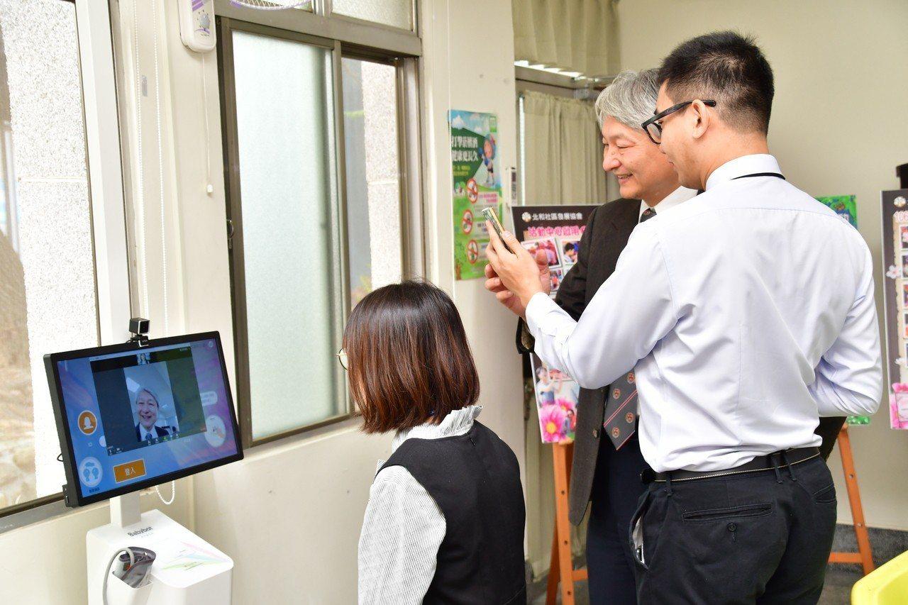 大埤失智社區據點引進樂齡寶貝機,讓長輩測量血壓、肌耐力,還可以跟醫師視訊對話。記...
