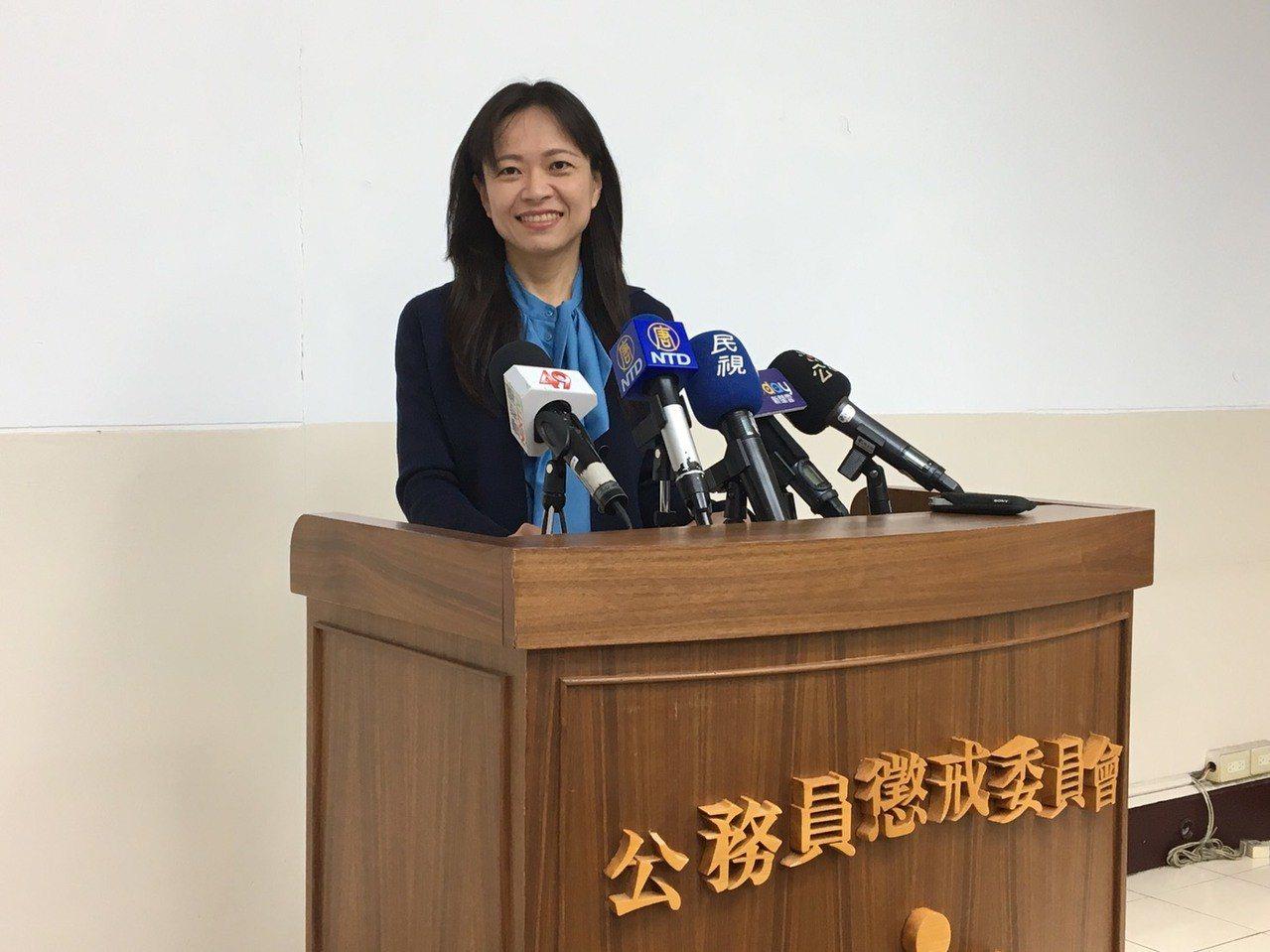 公懲會書記官長林玉苹說明翁啟惠被記申誡案。記者林孟潔/攝影