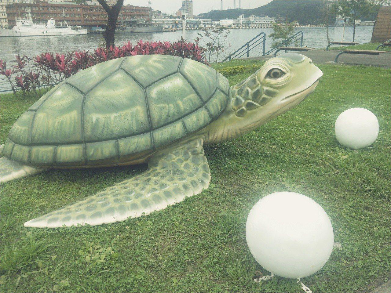 海洋廣場還有海龜等裝置藝術,民眾搶先拍照。記者游明煌/攝影