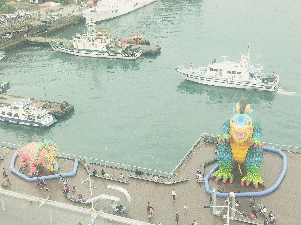 海洋廣場3隻雷克斯龍、圓頂龍及彼得修斯角龍今天充氣現身曝光,民眾搶先拍照。記者游...