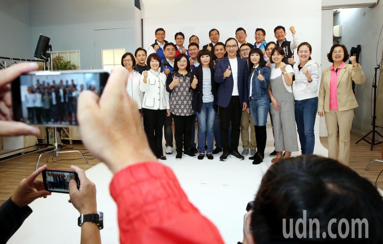 朱立倫下午在新北市國民黨議員的陪同支持下,進攝影棚拍文宣照。記者林俊良/攝影