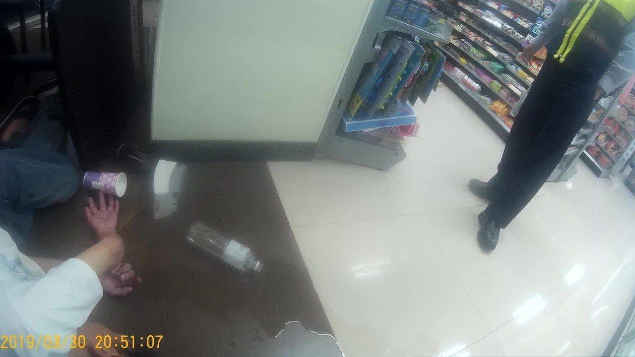 獨居陳男心情不佳,酒後倒在超商,引警方關注送醫。記者林佩均/翻攝