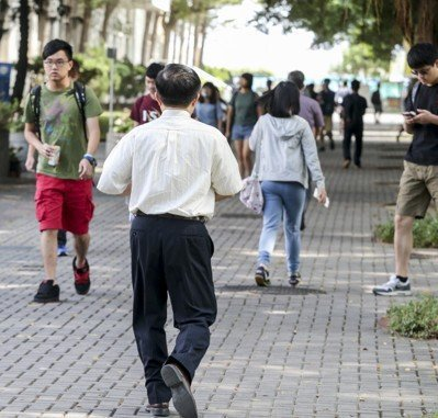 科技部表示,我國40歲以下大專校院專任教師以及科技部計畫主持人人數逐年下降的相關...