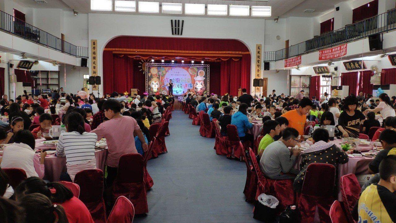 雲林縣西螺鎮文昌國小歡慶兒童節席開一百桌。記者李京昇/攝影