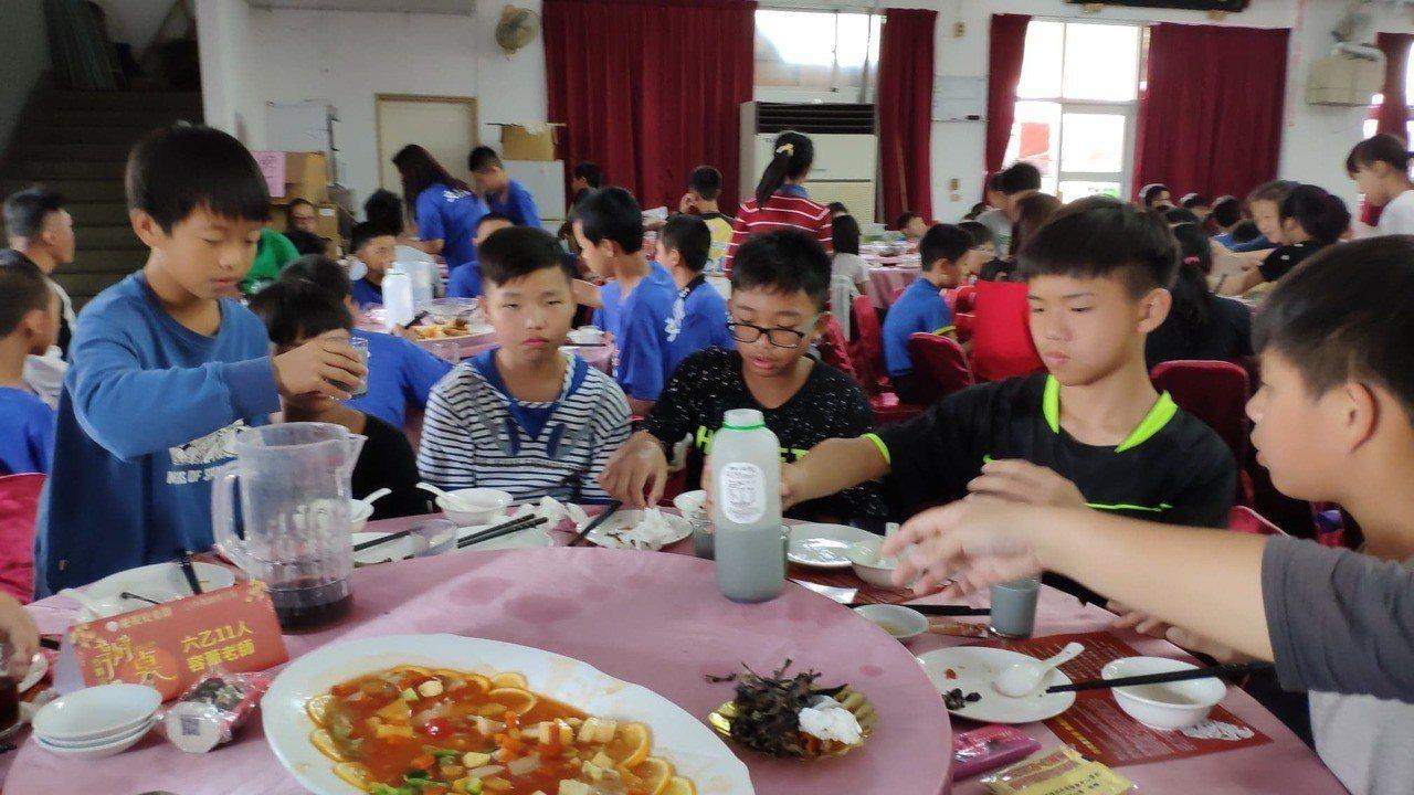 學童們開心吃辦桌。記者李京昇/攝影