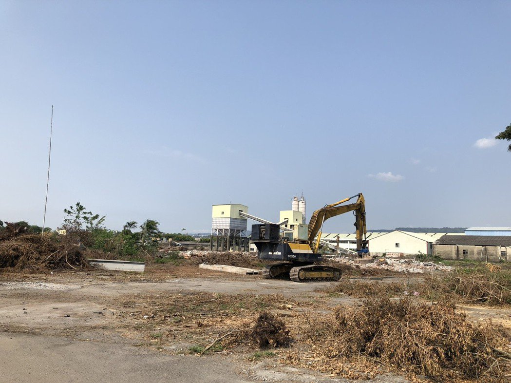 溪州鄉榮光村榮民工廠拆除工程被阻,卻仍持續動工。