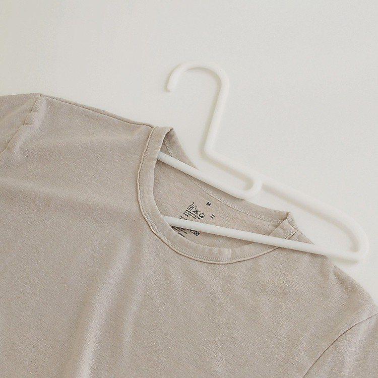 MUJI無印良品PP晒衣架T恤用3支組,售價70~100元。圖/無印良品提供