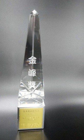 大林慈濟醫院獲得「十大傑出企業金峰獎」。圖/大林慈濟醫院提供