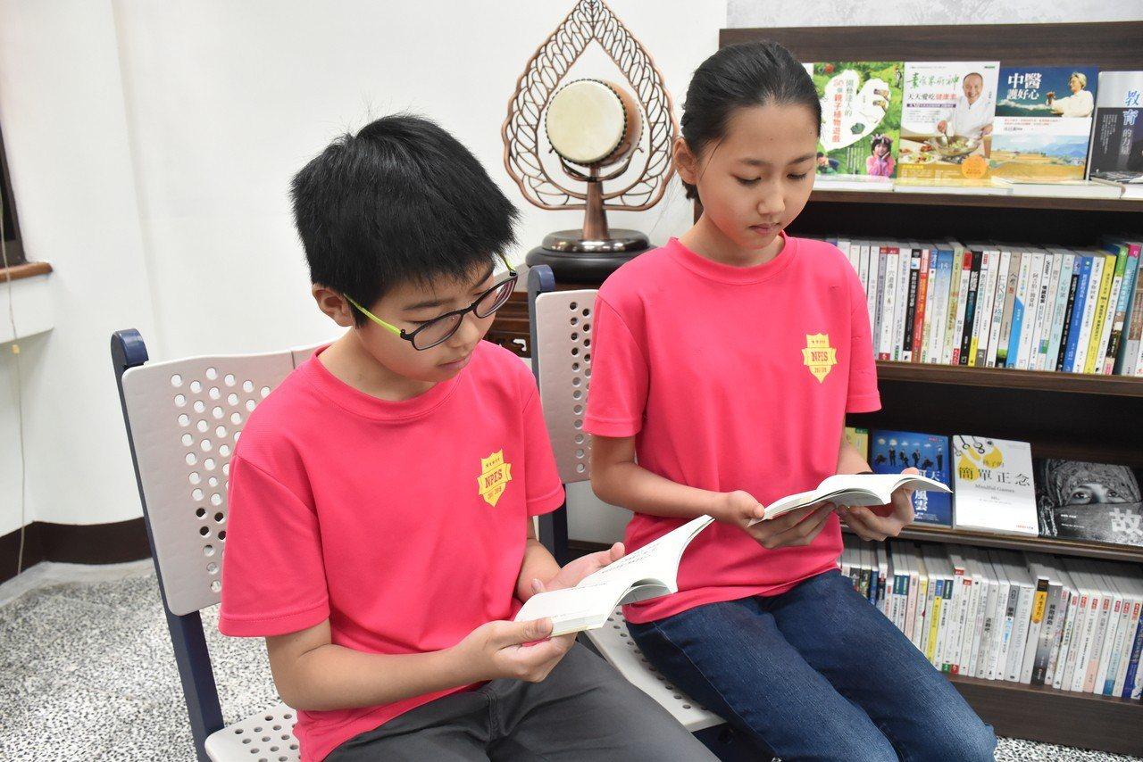 就讀六年愛班的朱冠丞(左)與崔育嘉(右)覺得,讀了靜思語可以讓自己的心情平靜下來...