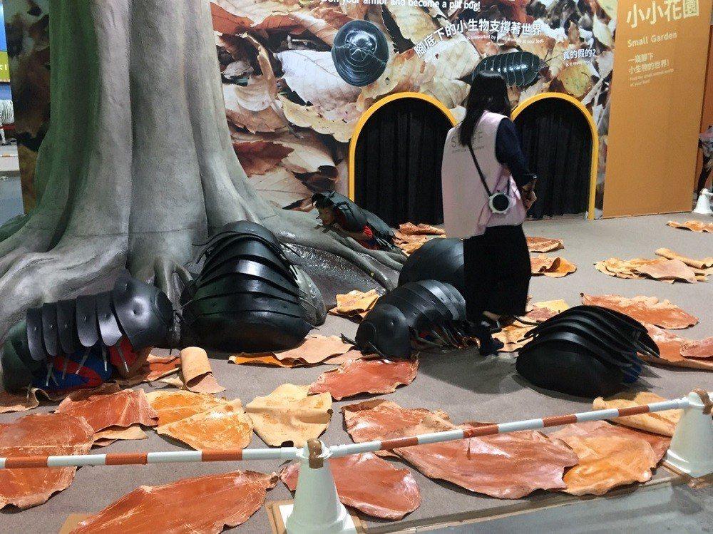 錦屏國小學童於『變變變!MOVE生物體驗展』體驗團子蟲生活環境和習性。 中光電/...