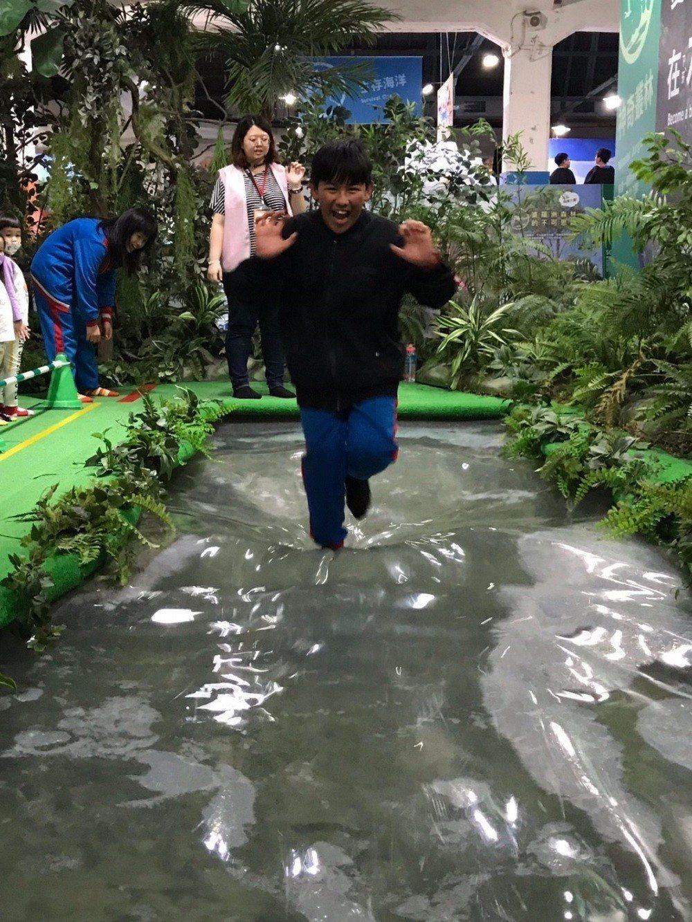 梅花國小學童於『變變變!MOVE生物體驗展』體驗雙冠蜥水上輕功。 中光電/提供