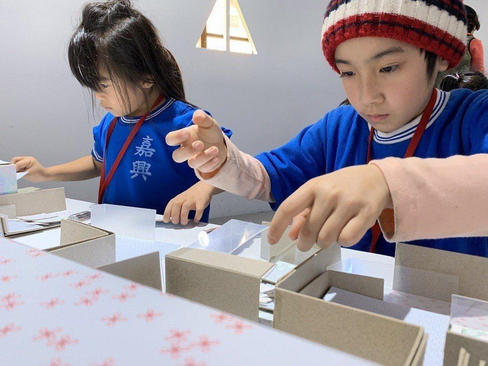 嘉興國小學童於『安藤忠雄建築美學工作坊』認真創作建築模型。 中光電/提供