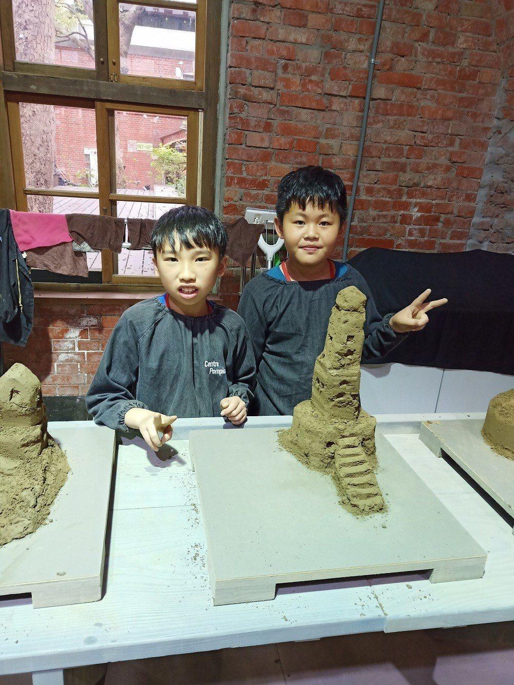 新樂國小學童於『沙雕城堡-夢想中的建築工作坊』聯手創作沙雕作品。 中光電/提供
