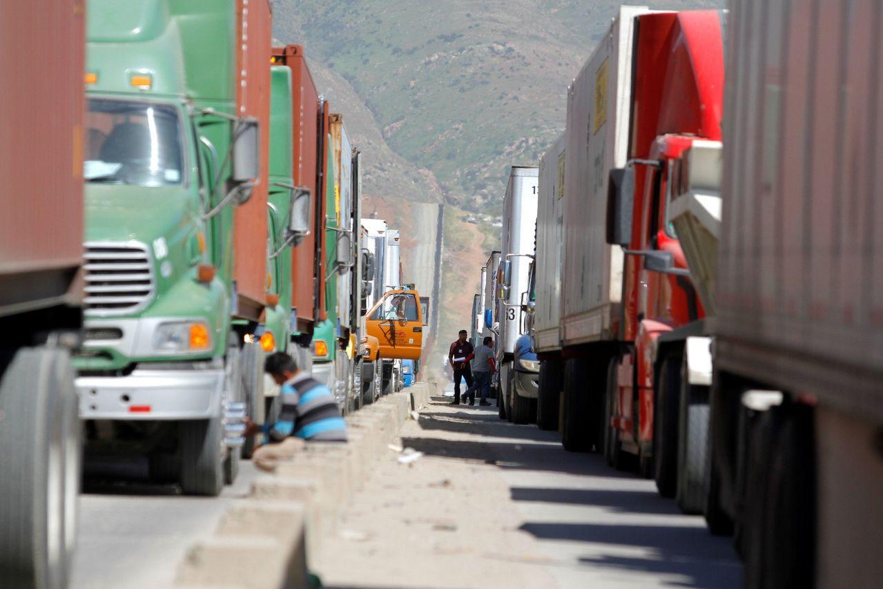 從墨西哥載滿貨物的卡車排長龍準備入境美國。一旦美墨邊境關閉,兩國貨物貿易流量將受...