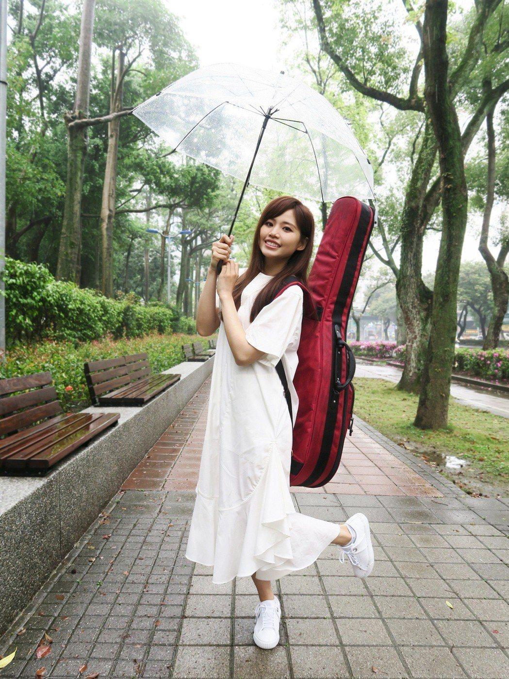 吳汶芳穿著輕薄洋裝,在低溫中冷到發抖。圖/福茂唱片提供