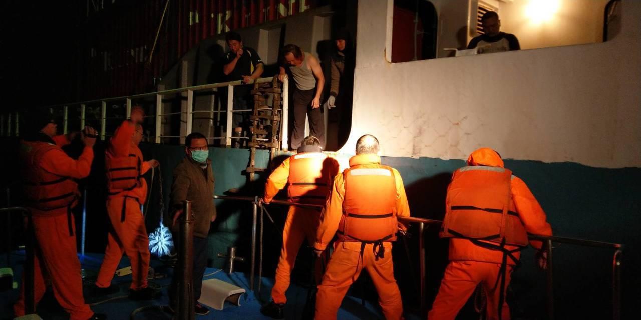 1名船員昨晚在金門料羅外海17浬處忽然心臟病發,經海巡署艦隊分署第9海巡隊派遣巡...
