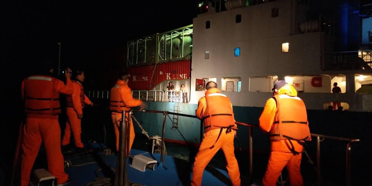 1名船員昨晚在金門料羅外海17浬處忽然心臟病發,金門海巡隊在外海進行病患接駁,完...
