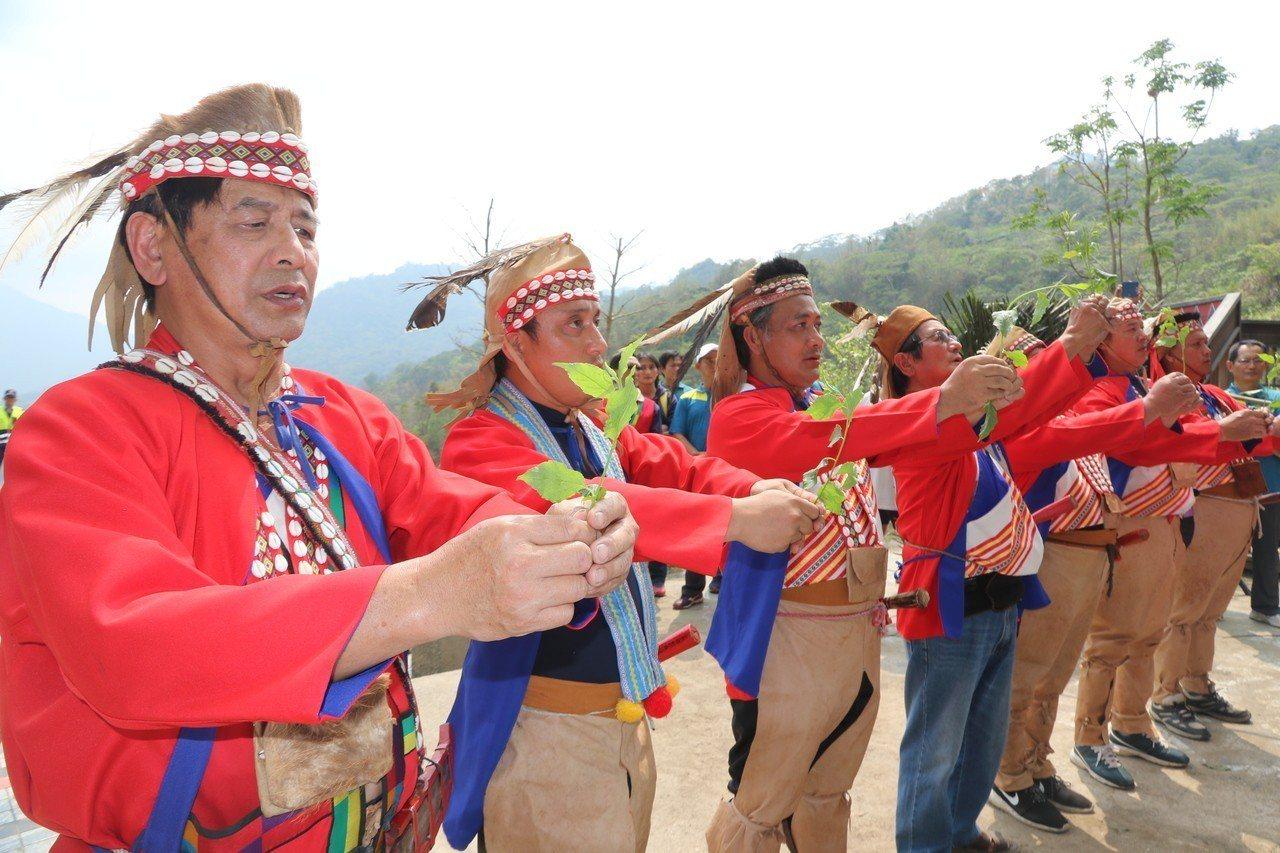 「卡那卡那富」族人為108年全中運祈禱與祝福。圖/高雄市教育局提供