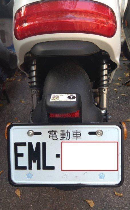台中市的電動汽、機車這一年來倍數成長,交通局表示,即日起車牌上有註記「電動車」的...
