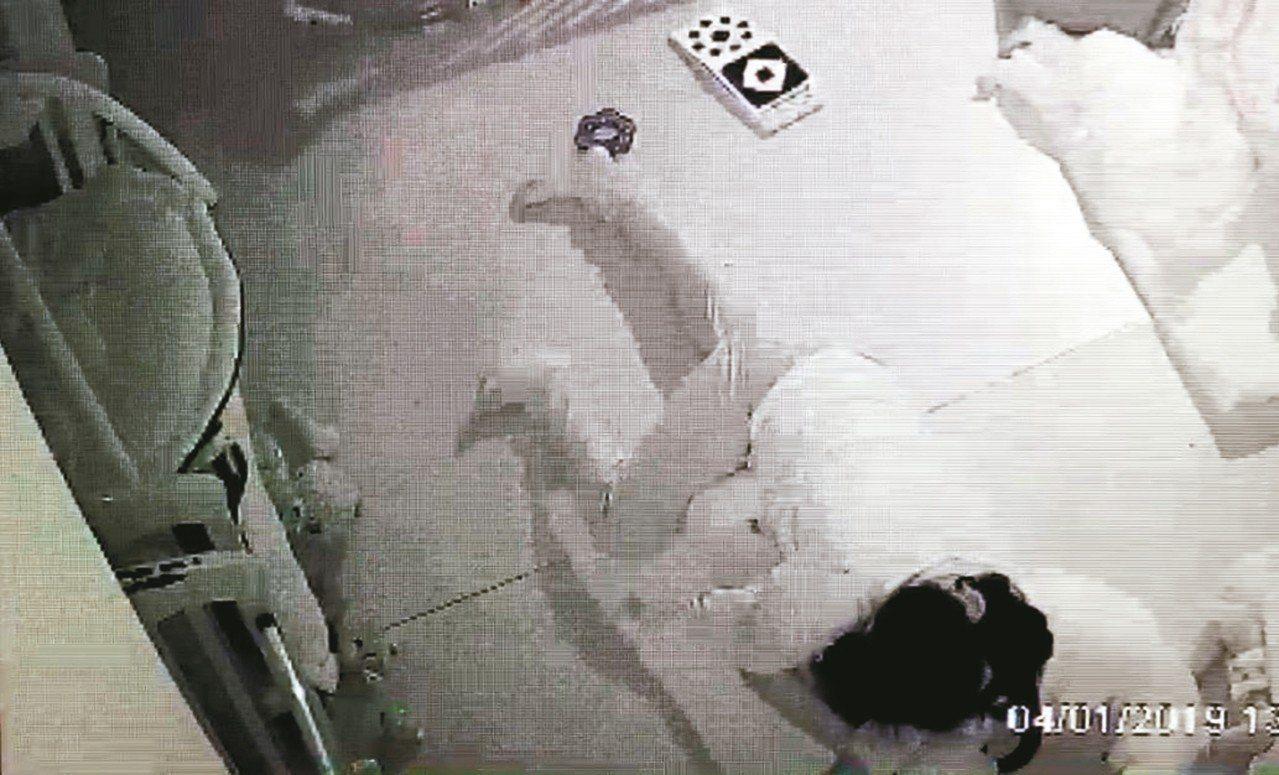 台北市某托嬰中心男嬰午睡猝死,檢警調閱監視器查出,保母側躺抱住男嬰,不排除重壓導...