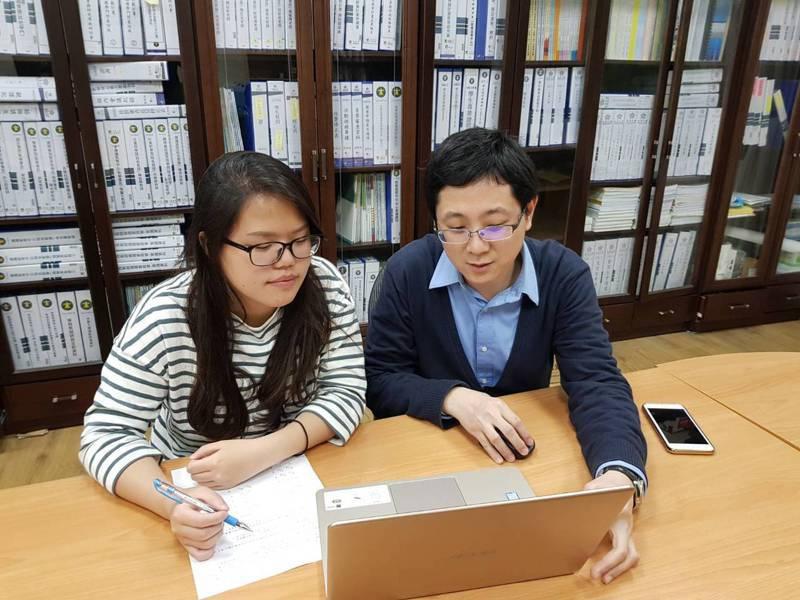 玄奘大學應用心理學系主任陳柏霖(右)利用課後時間指導學生考照相關問題。圖/玄奘大學提供