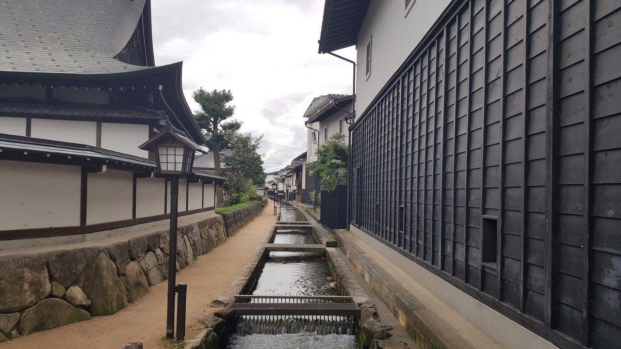 日本市區街道不僅整潔,所有燈柱都是「無縫接合」在路面,沒有凸出螺栓基座。圖/新港...