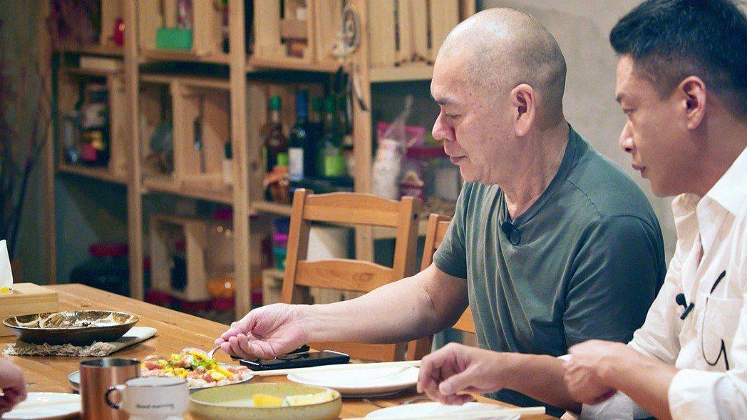蔡明亮(左)和李康生到楊貴媚經營的民宿裡參加實景拍攝。圖/公視提供