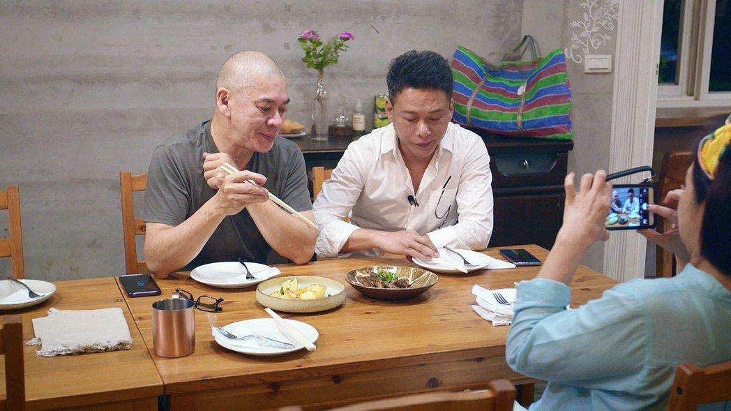 楊貴楣(右起)紀錄好友李康生、蔡明亮的用餐過程。圖/公視提供
