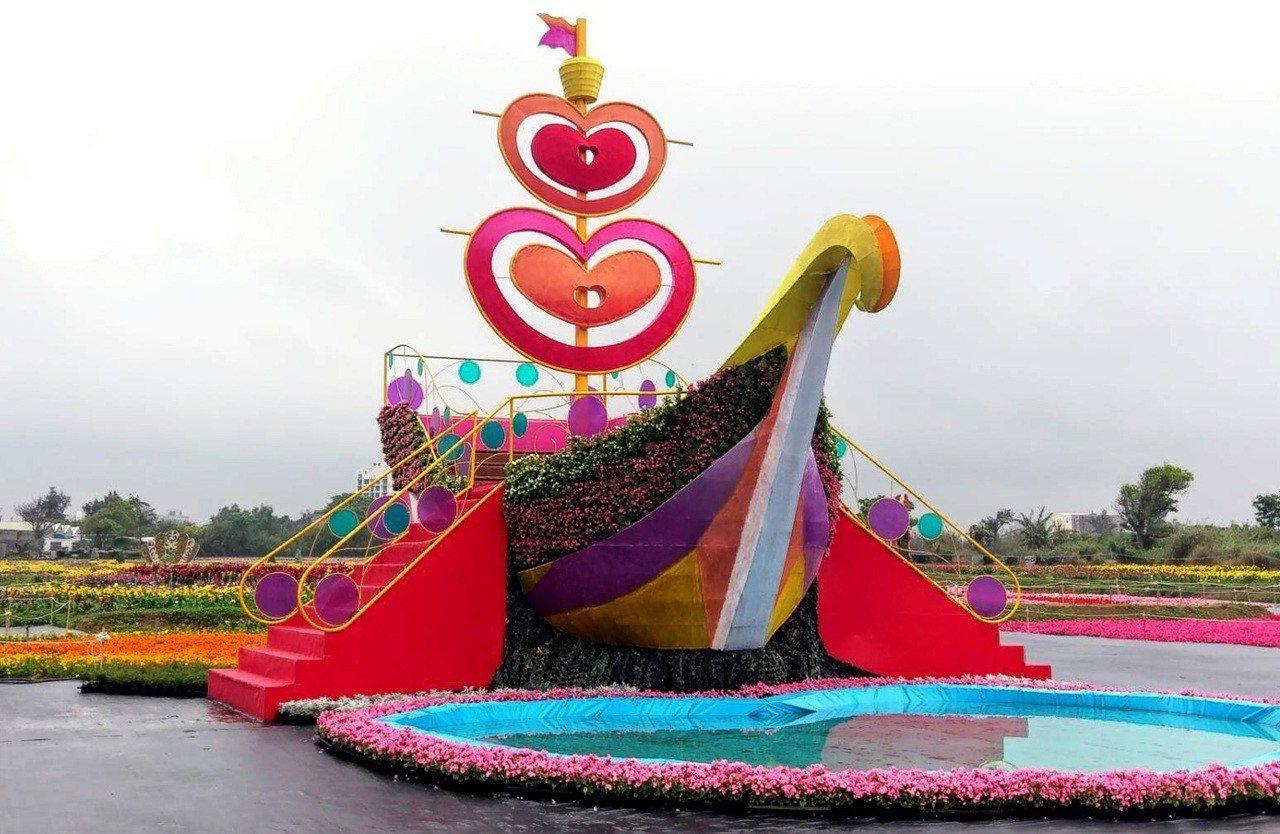 2019桃園彩色海芋季明天登場,今年展區最大亮點的巨型花海「愛之船」高度近9公尺...