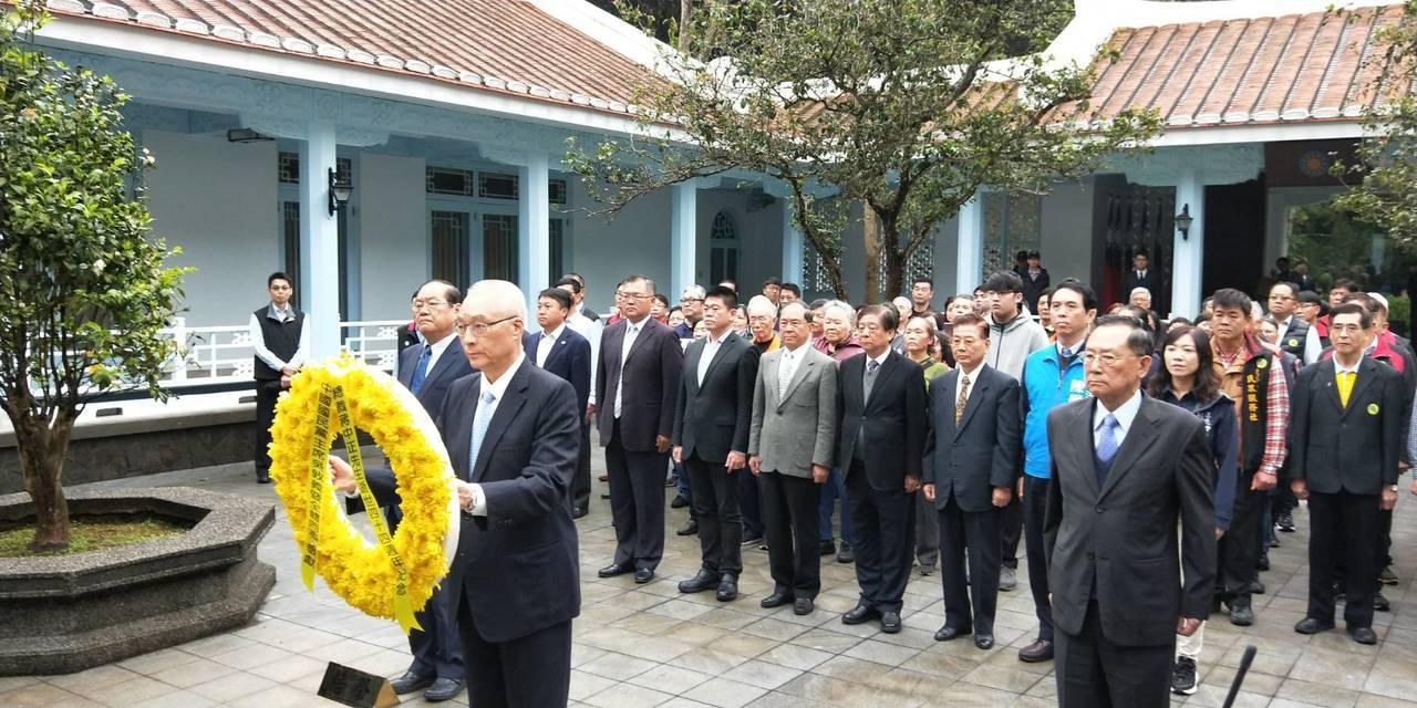 吳敦義到慈湖謁陵並表示5日約韓國瑜談選總統的事。圖/國民黨桃園市黨部提供