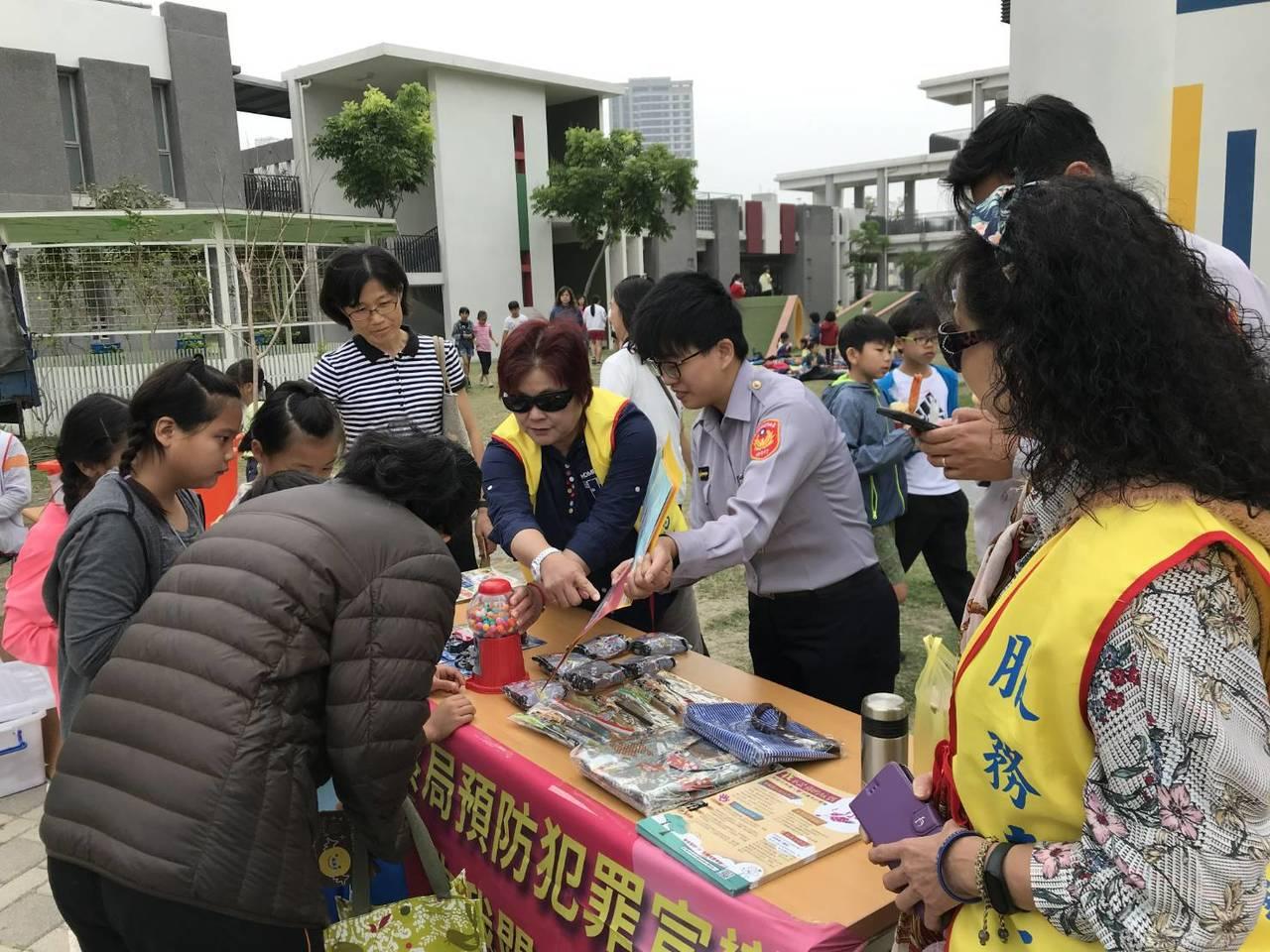 台南婦幼警察隊精心設計有關兒少保護相關問題,答對者便可玩遊戲、選獎品,吸引不少朋...