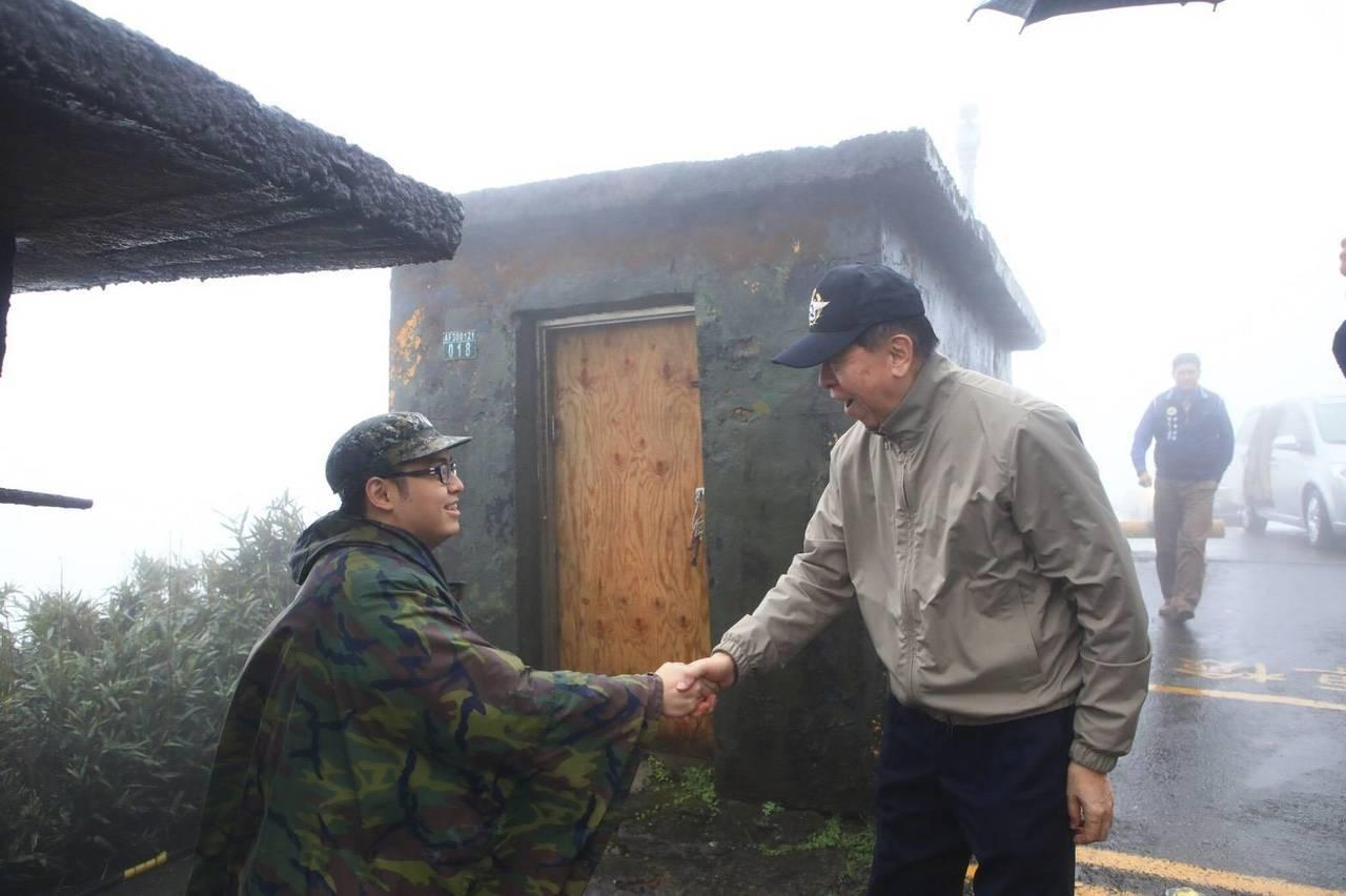 李棟樑致贈小禮物給嵩山雷達站的衛兵。圖/軍友社提供