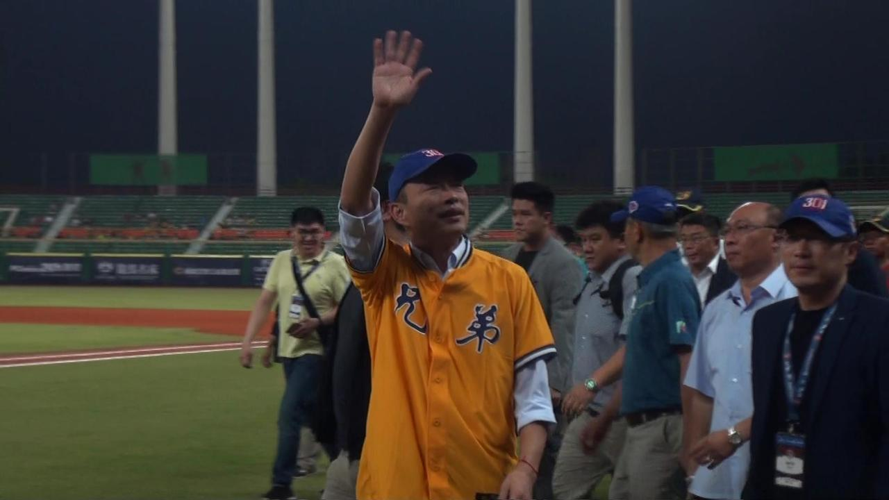 高雄市長韓國瑜今晚獲中職邀請,赴澄清湖棒球場開球。記者王昭月/攝影