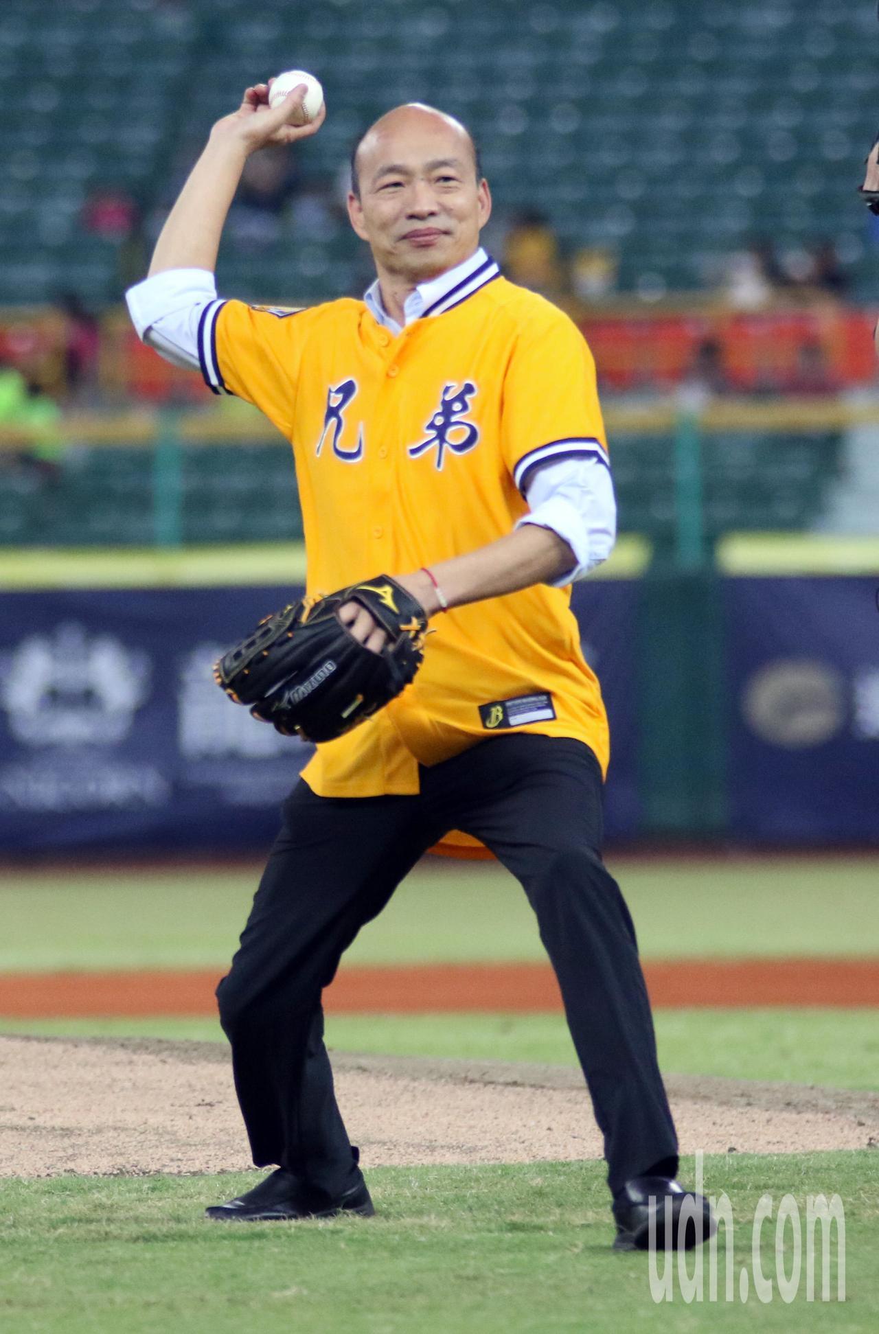 高雄市長韓國瑜為中華職棒澄清湖球場比賽開球,架勢十足。記者劉學聖/攝影