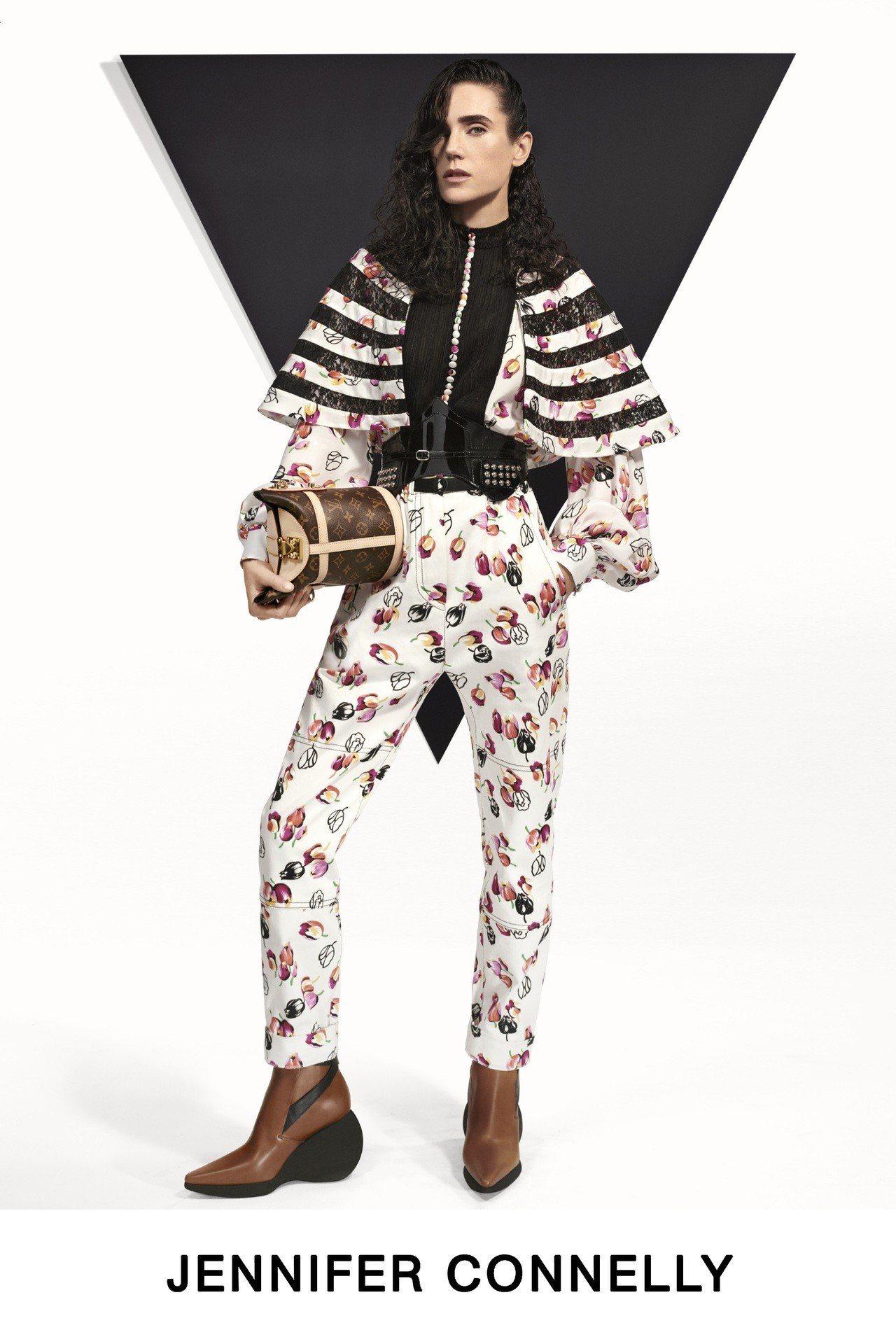 珍妮佛康娜莉身穿Liberty London印花單品,肩線的繭型輪廓仍是早秋剪裁...