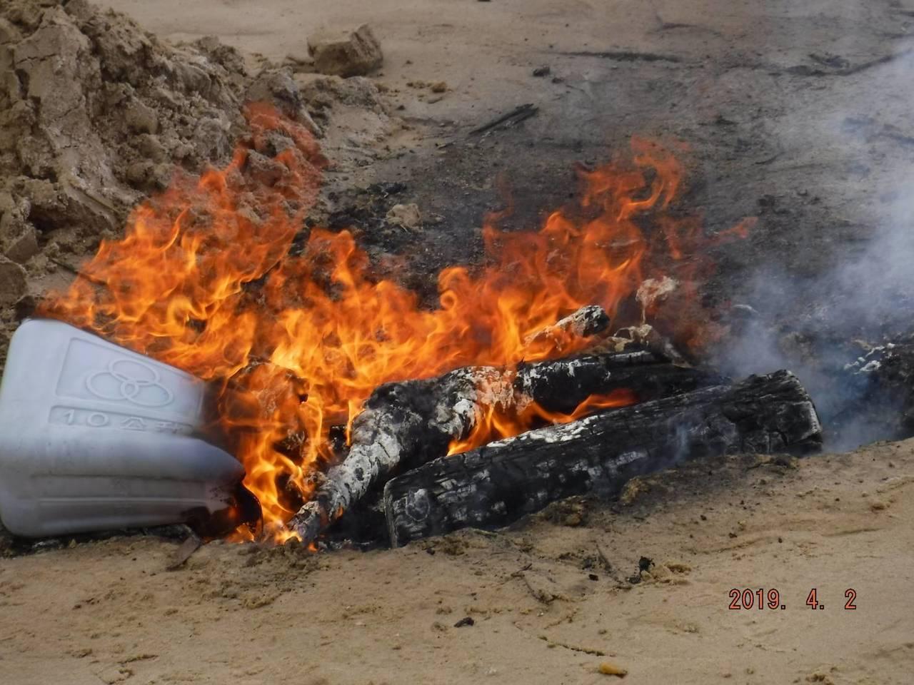 在金沙鎮田浦發現的海漂豬屍,在採樣後,也立即就地焚燒掩埋。圖/縣府提供