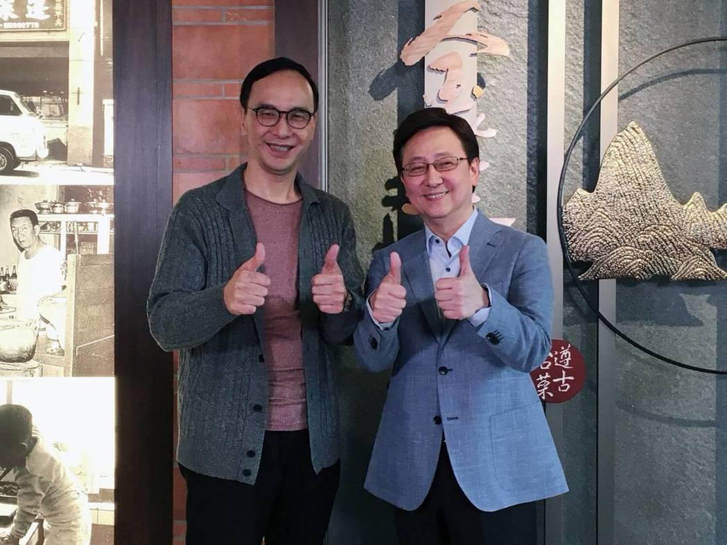 朱立倫(左)上李四端主持的「四端紅人會」。圖/win tv四端紅人會 提供