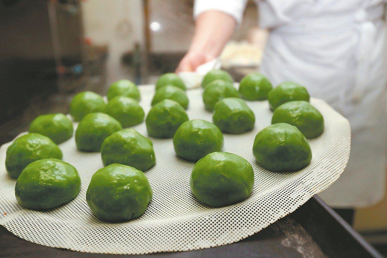 青糰是清明流行於江南一帶傳統時令食品,是上海過節必備的食品。圖為剛剛出鍋的青糰。...