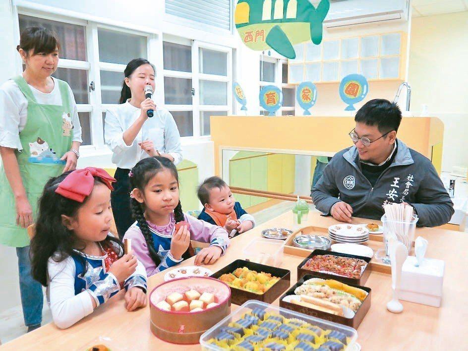 桃園市西門社區公共托育家園設有餐桌區,方便大人與小孩共餐。 記者張裕珍/攝影