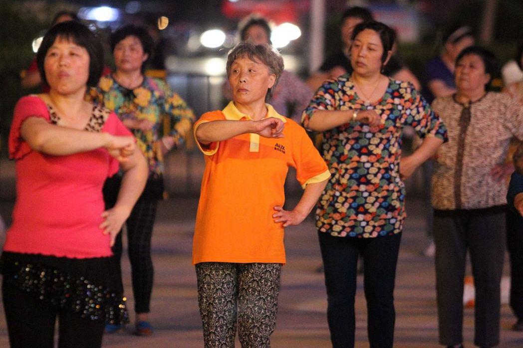 大媽跳廣場舞音量過大擾民的情況時有發生。 圖/取自視覺中國/香港01