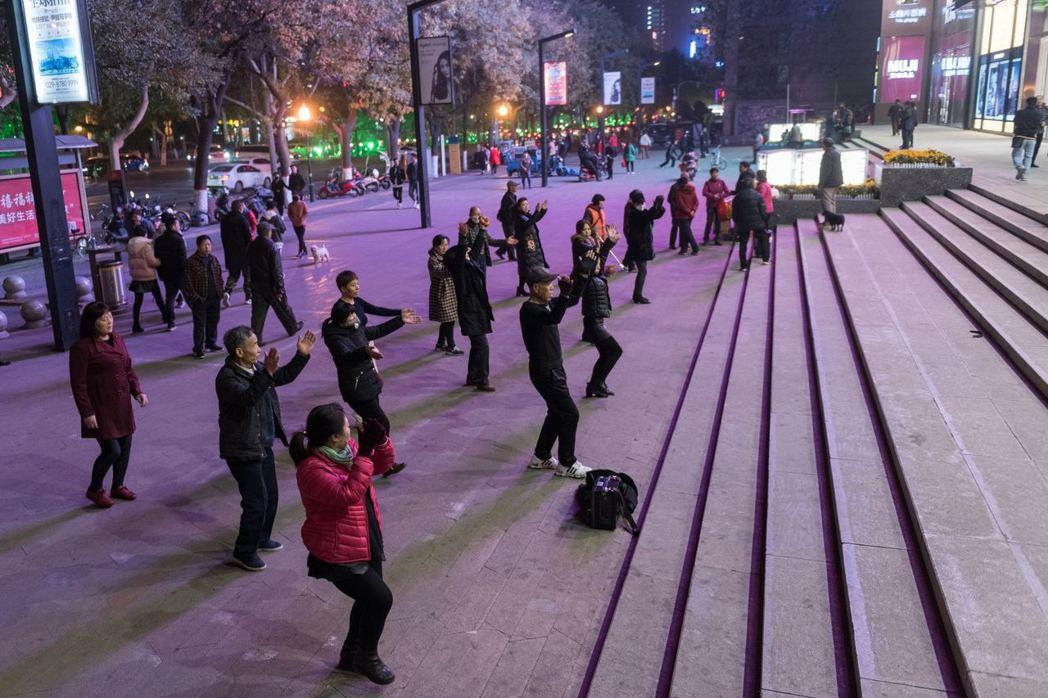 不管白天還是晚上,都能看見大媽跳廣場舞。 圖/取自視覺中國/香港01