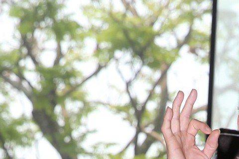孫鵬驚傳昨晚凌晨2點多因酒醉和計程車運將發生爭執,又和外甥爆發衝突,引起鄰居不滿,還跌倒濺血,整個社區不得安寧,如今監視畫面曝光,發現孫鵬深夜不但大聲說話,還不斷推打運將,隨後自己重心不穩摔倒在地。...