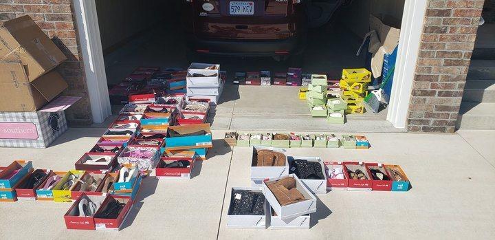 女子買下整個鞋店的鞋送給災民 (取自臉書)